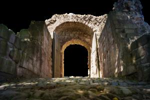 otwarte drzwi kościoła